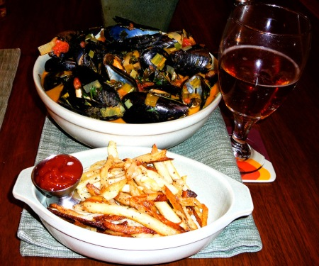 mussels-served-w-fries